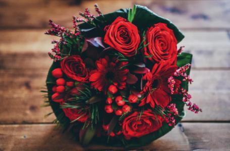 Super buchete de flori pentru luna cadourilor